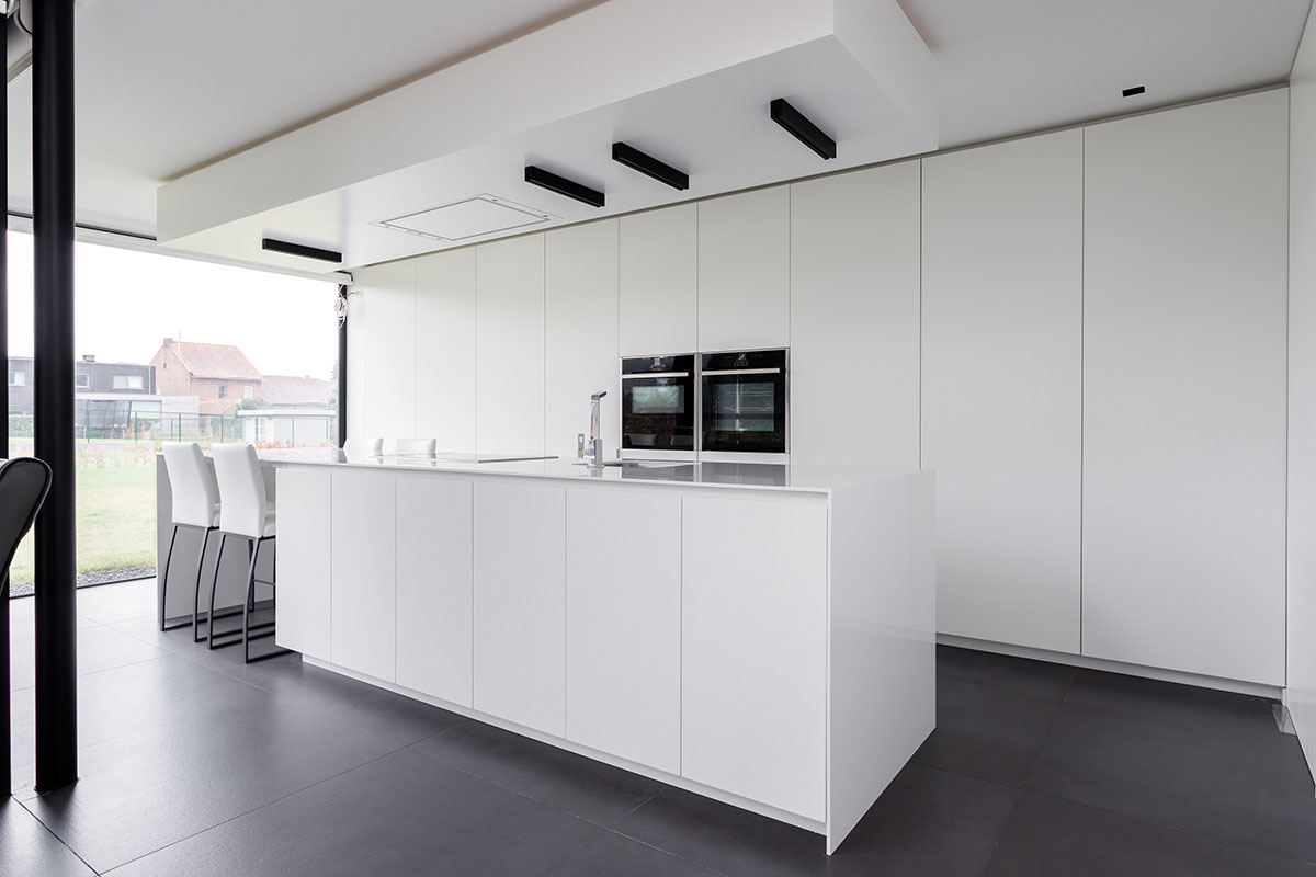 Het binnenschrijnwerk in een modern huis in sint truiden